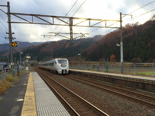 風景039(特急が通過中の駅)
