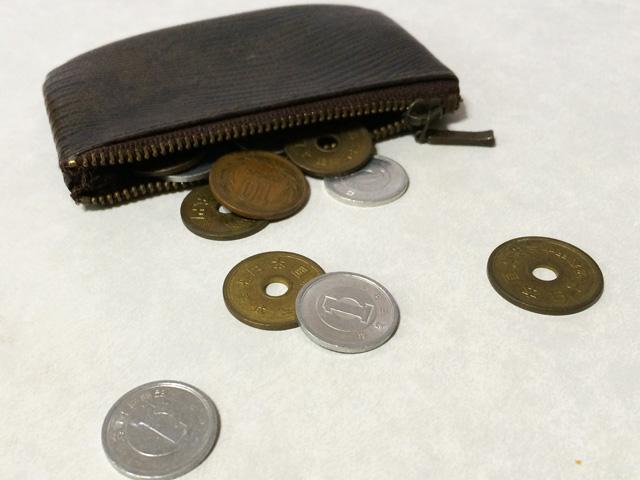 お金019(財布からこぼれる小銭)