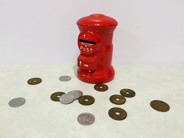 お金022(貯金箱と小銭)