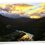 風景082(夕焼けの山と川/フォト風)