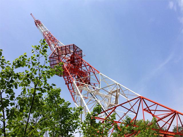 風景084(鉄塔と新緑)
