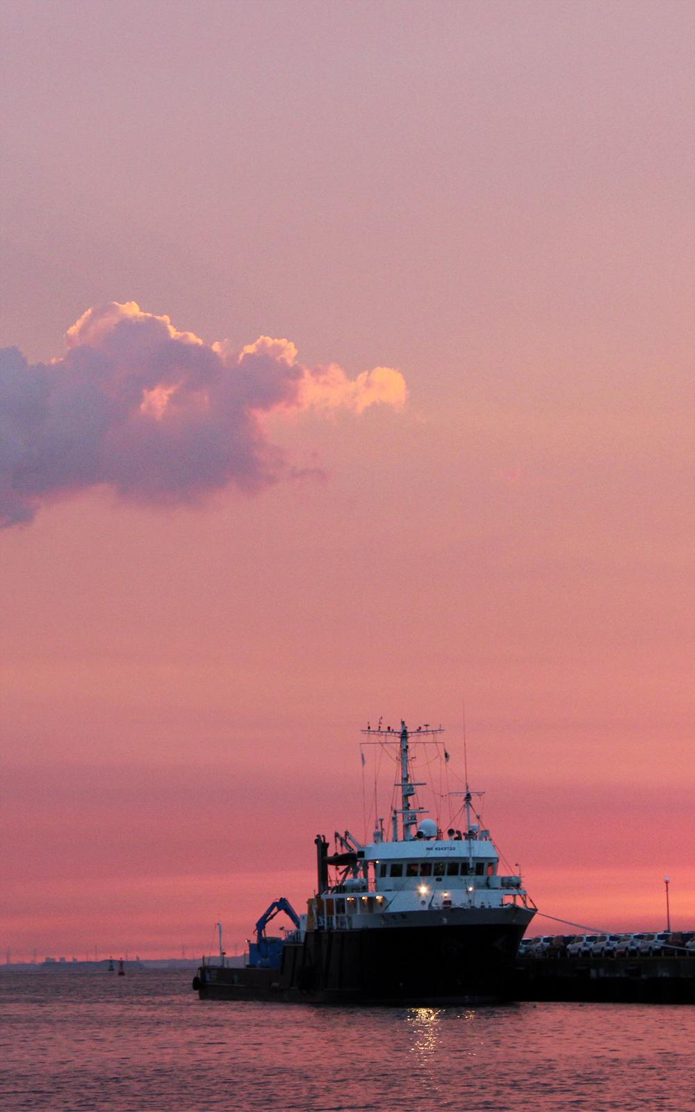 夕焼けの海と船の写真画像(P013)