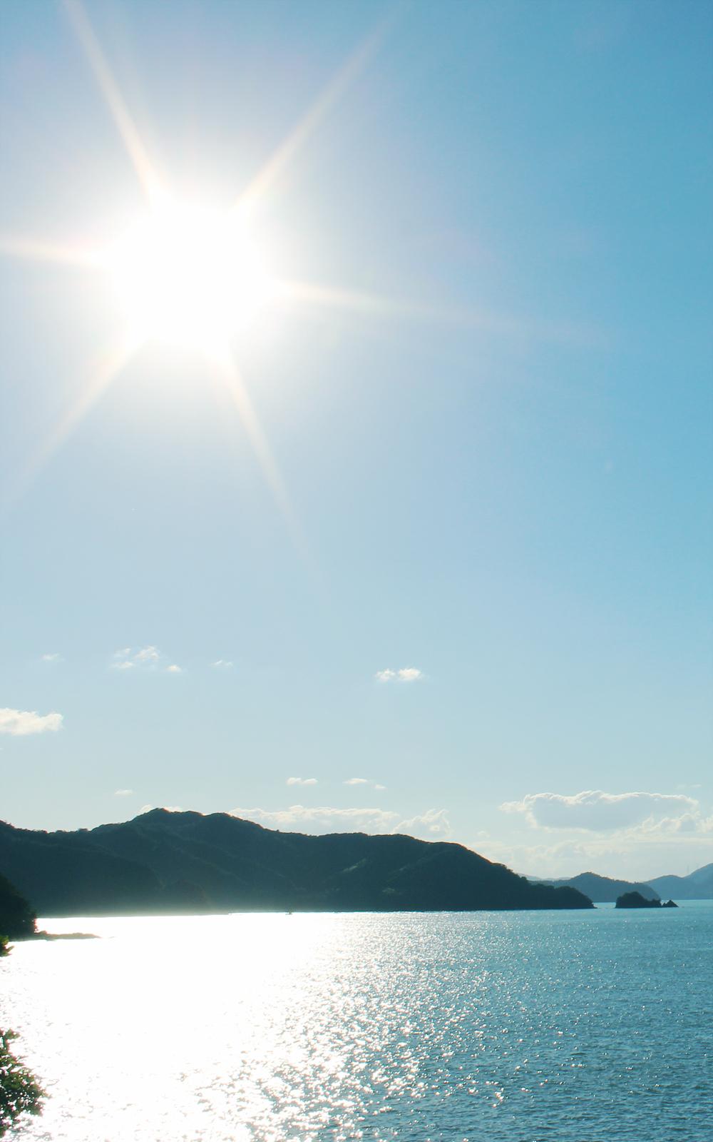 輝く太陽と入江の写真画像(P014)
