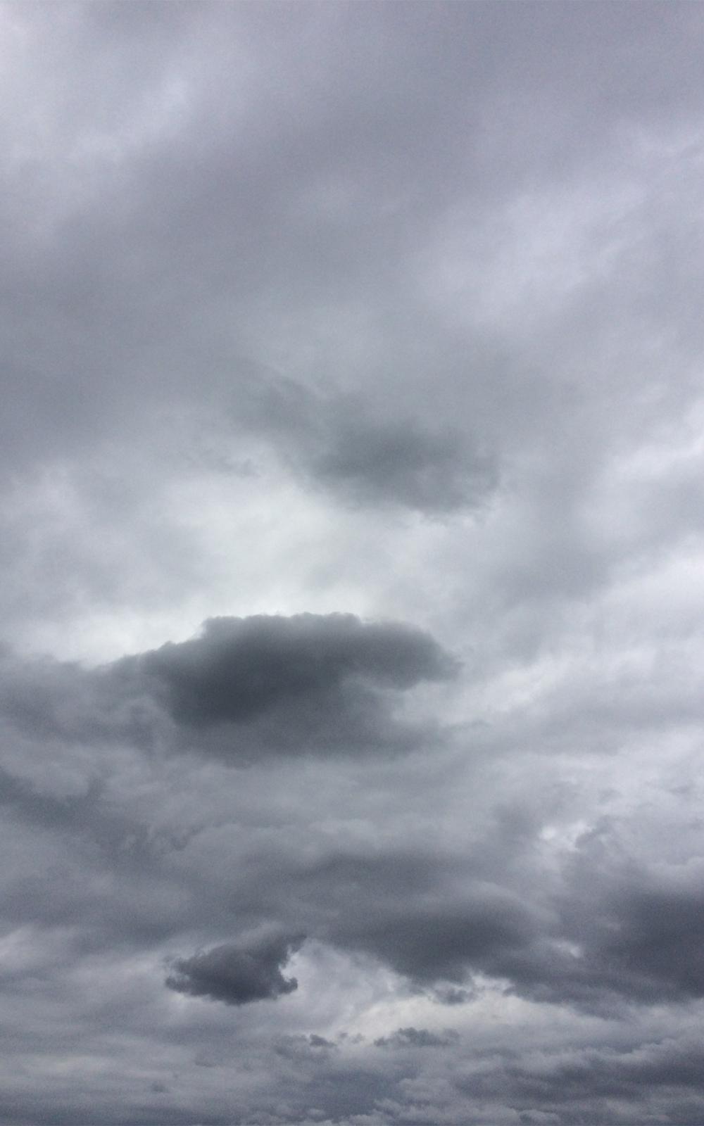 怪しい雲行きの空の写真画像1(P032)