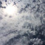 怪しい雲の間から覗く太陽の写真画像1(P033)