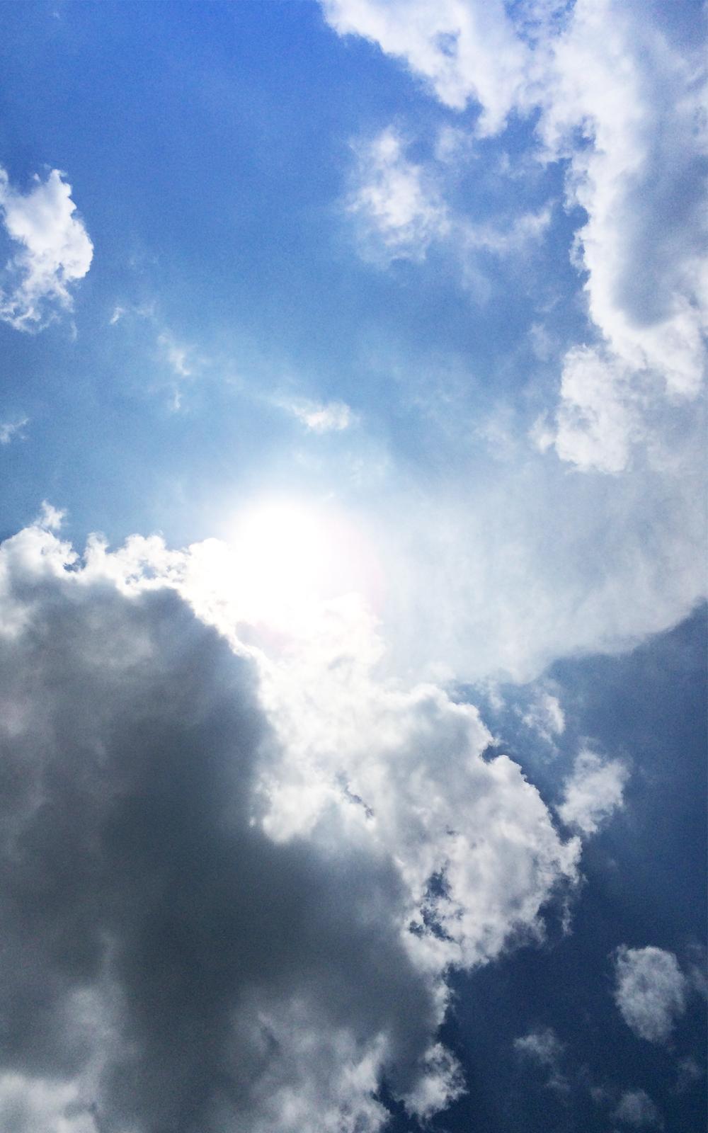 雲の間から覗く太陽の写真画像1(P034)