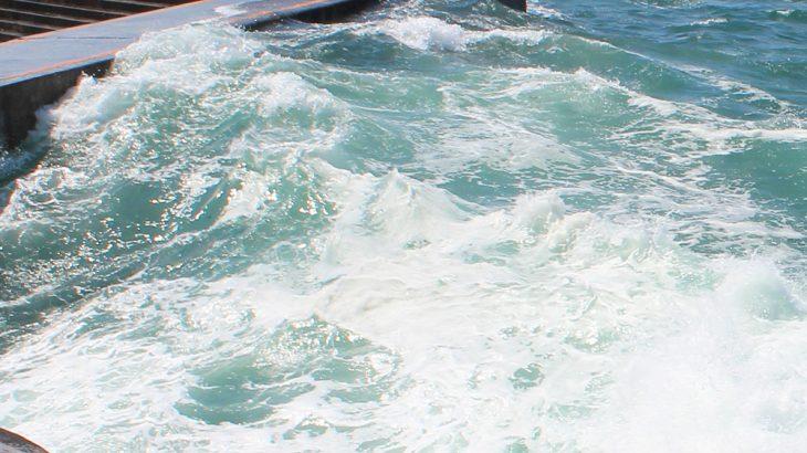 岩肌に迫る白波の写真画像(P048)