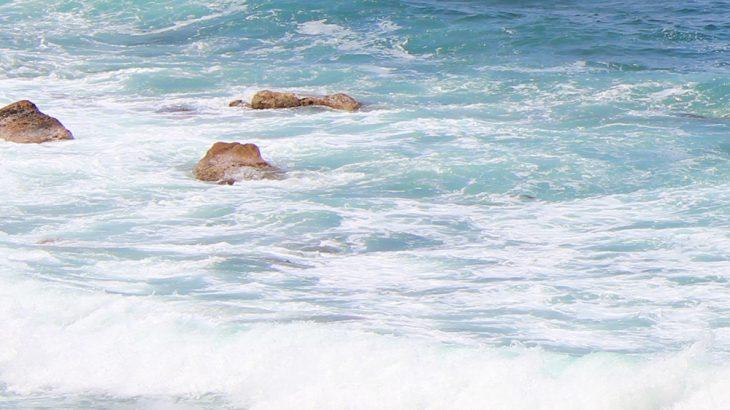 押し寄せる白波の写真画像(P049)
