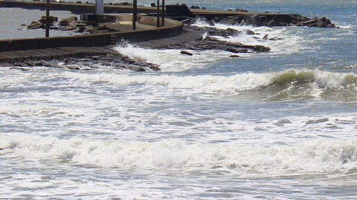 堤防に押し寄せる白波の写真画像(P051)